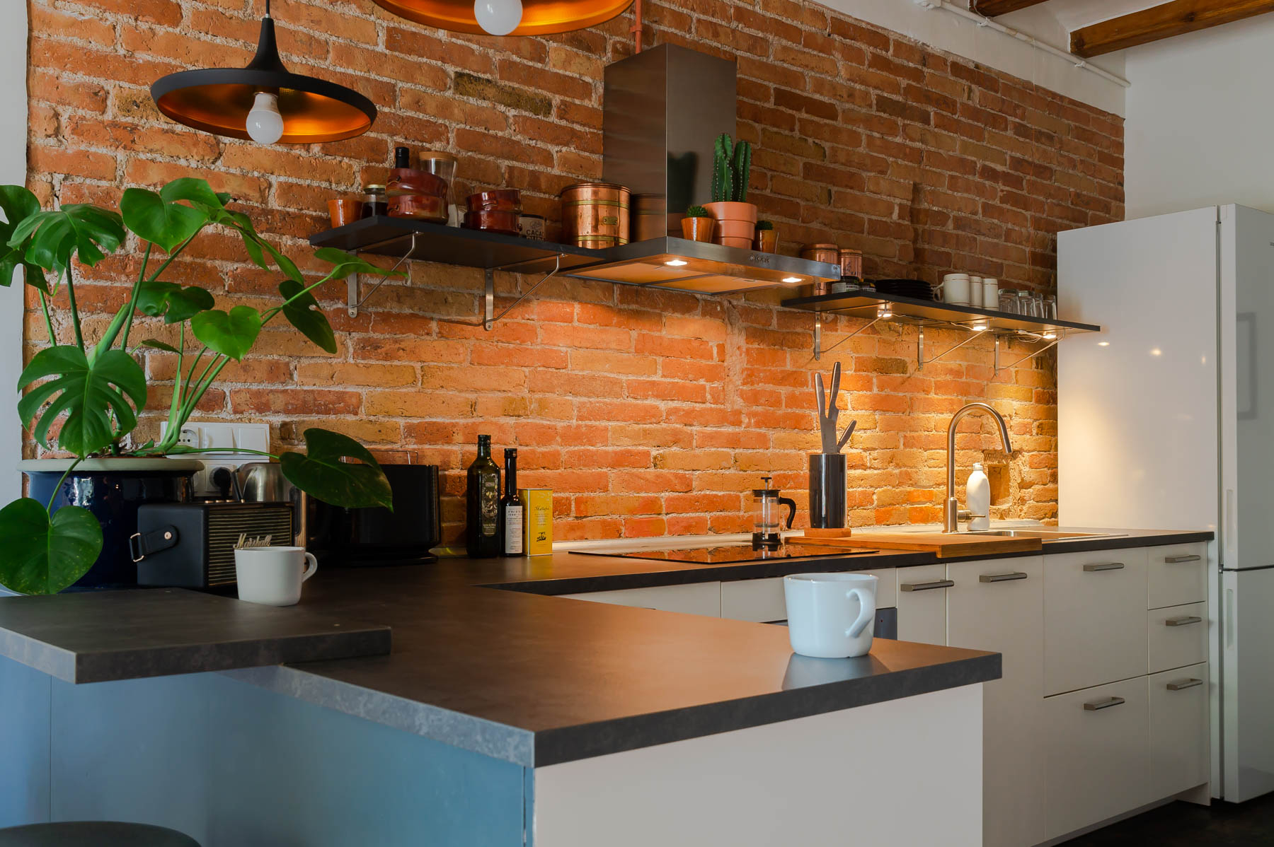Barcelona home tour: New-York style open kitchen with exposed brick