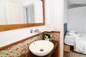 House tour: old fisherman's house in Sitges: en-suite bathroom