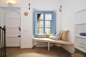 House tour: old fisherman's house in Sitges: corner bench in the entryway