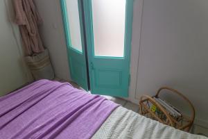 Bedroom balcony doors painted turquoise: tutorial