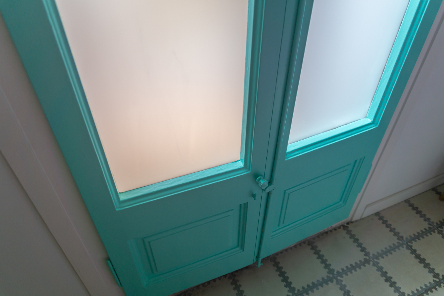 Balcony doors painted turquoise: tutorial