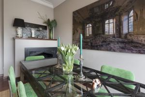 White Manises ceramic lamp in a dining room