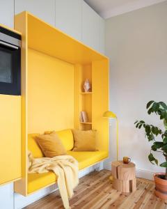 Yellow seating zone